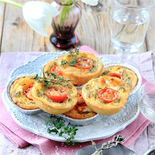 Minipajer med tapenade, getost och tomat