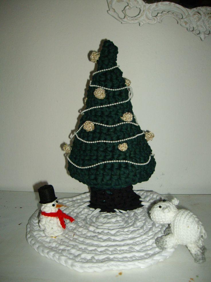 Árbol de navidad , muñeco de nieve y oveja despistada.