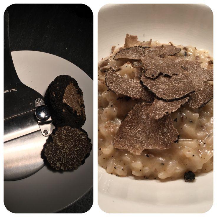 Risotto met truffel  1 -1,5 lt groenten bouillon Olijfolie Roomboter 1 grote uit, gesnipperd 2 tn knoflook, fijn Halve stengel selderij fijn gesneden 400 gr risotto 2 glazen droge witte wijn Zout en peper 125 gr parmezaanse kaas, geraspte  Truffel, truffelolie  Fruit knoflook, selderij en ui in boter/olie mix ING 15 min Voeg rijst toe, na 1 min worden korrels 'glazig' giet wijn erbij ( hoog vuur) - blijf roeren. Wanneer de wijn geabsorbeerd is flinke soeplepel bouillon toevoegen ...