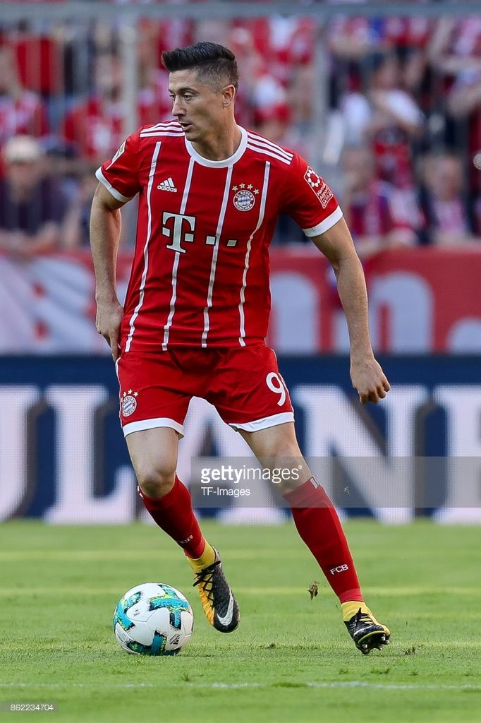 Robert Lewandowski of Bayern Muenchen controls the ball during the Bundesliga soccer match between FC Bayern Munich and SC Freiburg at Allianz Arena in Munich, Germany on October 14, 2017. (Photo by TF-Images/TF-Images via Getty Images)