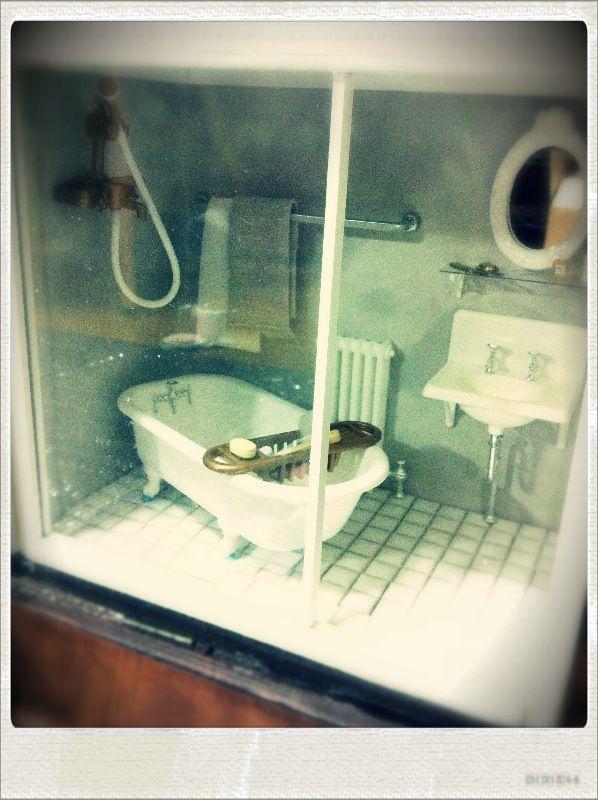 7・バスルームの床にタイルを貼り、洗面台やバスタブを入れました。