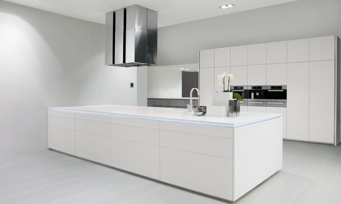 современная большая белая кухня с островом. минимализм. фасады кориан. белый интерьер