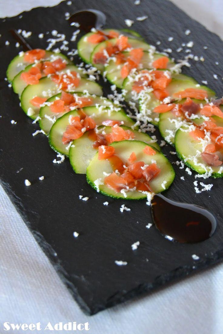 CARPACCIO DE CALABACÍN CON SALMÓN AHUMADO : 1 calabacín mediano, 150 gr de salmón ahumado,queso semicurado rallado y crema de vinagre de módena.