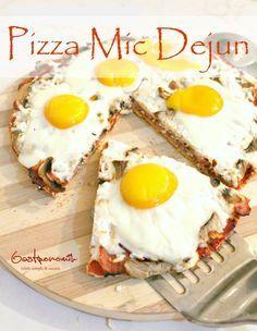 PIZZA MIC DEJUN - Bucura-te de un mic dejun gustos, cald si crocant in doar 20-30 de minute cu aceasta reteta usoara de pizza mic dejun cu ou, sunca si cascaval!