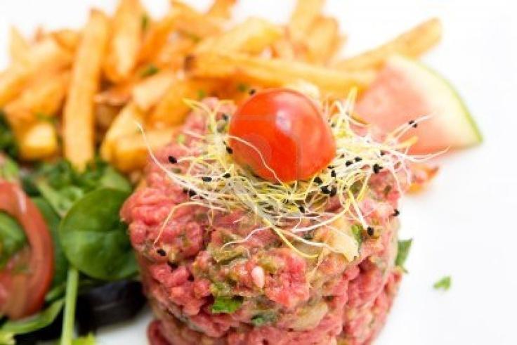 Photo - tasty tartare(Raw beef) - classic steak tartare on white plate