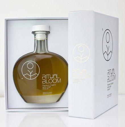 Ritual Bloom Olive Oil de Panos Nikolau. Aceite de oliva orgánico inspirado en la tradición egipcia. Usa antiguos jeroglíficos egipcios: el sol, la tierra y el arbol (3 elementos esenciales de la naturaleza) para crear la marca y el packaging.