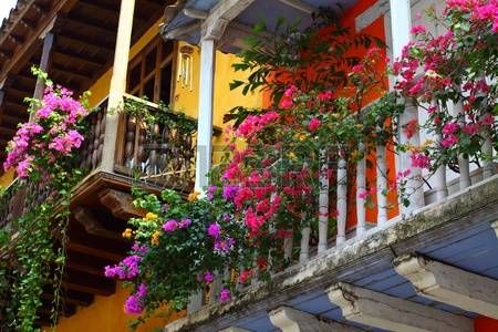 Erkély virággal. Spanyol gyarmati haza. Cartagena de Indias, Kolumbia. photo