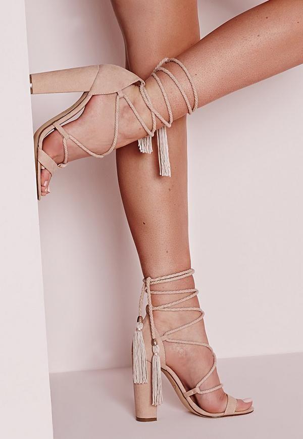 On est sur-fans de ces sandales à talons nude. Leur faux daim doux et tendance s'accompagne de lacets sexy à enrouler autour de la cheville, le tout rehaussé de petits pompons à franges pour le côté bohème. Portez-les avec une robe c...