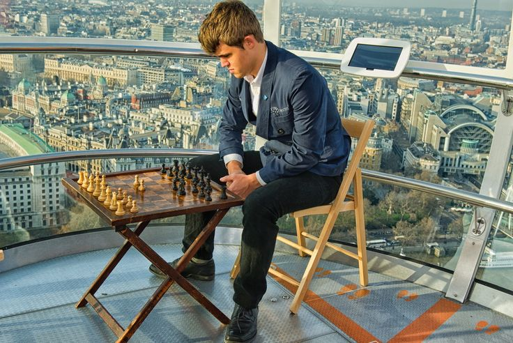 Carlsen with a chess board at London's famous Ferris wheel: London Eye.