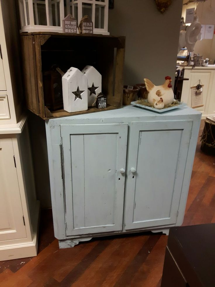 Schitterende, oude, brocante houten kastje met 2 openslaande deuren met daarachter een plank. Deze kast is opnieuw geschilderd in een vintage blauw kleurstelling.   Breedte: 90 cm Diepte: 43 cm Hoogte: 90 cm Kleur: vintage blauw Materiaal: hout Voorraad: 1 stuk(s)