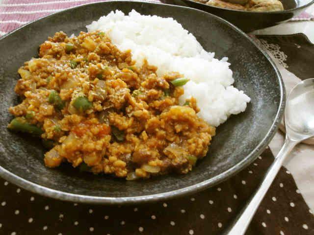 まるでお肉☆高野豆腐でドライカレー    お肉の代わりに高野豆腐を使ったレシピです。言われなければお肉と間違えるくらいそっくり(^^)主人にもバレませんでした! haraya    材料 (4人分) 高野豆腐 4個 玉ねぎ 1/2個 人参 1本 いんげん 5本くらい ピーマン 1個 コーン お好みで しめじ 1/2パック ☆コンソメ(顆粒) 小1 ☆ケチャップ 大さじ4 ☆ウスターソース 大さじ1 ☆酒 20cc にんにく 少々 カレー粉 大さじ2 チーズ お好みの量  作り方 1 野菜ときのこはみじん切りか1cmの角切りに。人参はすりおろしておく。(みじん切りでもOK) 2 高野豆腐をぬるま湯で戻し,軽く水を切ってすりおろしておく。円をえがくようにすると簡単。フードプロセッサだと一発で完成! 3 フライパンに油を熱し,にんにくを炒めて香りがでたら玉ねぎ,人参と上から順に炒めていく。最後に2を加えて炒める。 4  3に☆を加えて煮込む。水分は様子をみて,足りなければ水を追加する。最後にカレー粉を加えて完成。 5  タコライスもおいしいですよ(^^) レシピID…