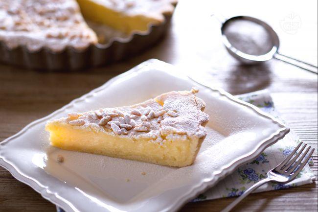 La torta della nonna è un dolce classico, con frolla e crema pasticcera ricoperta di pinoli! Perfetto dessert della domenica!