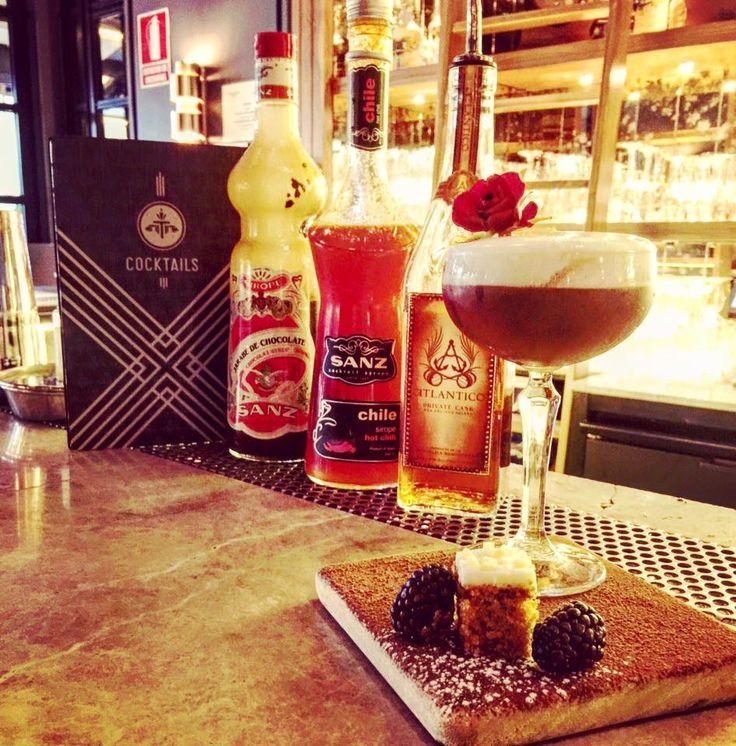 Pídete algo dulce, picante, suave y con textura... en un entorno cálido, especial! Jorge Palacios tiene el secreto en #TATEL Restaurants 😉... 👍🏼 #RonAtlantico + siropes de chocolate y chile Sanz + espuma de mora + tarta de zanahoria y moras💫 #Jarabes #Sanz #Cocktails #Tatel #DiaDeLaMujer #Mixología #Mixology #cocktail #bartender #mixologist #flairbartending #falir #cafe #coffee #coctelera #receta #jarabe #tiki #Blog #Sirope #Syrup #Mandarina #Madrid