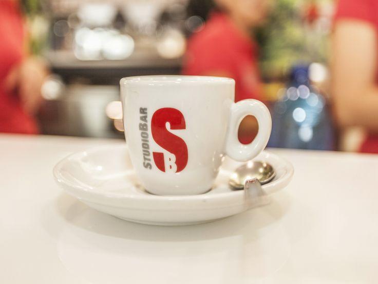 StudioBar è una catena di Franchising che offre servizi di ristorazione. Spazia da un'offerta globale rivolta alle aziende Oil, proprietarie di stazioni di servizi di carburante, offrendo attività di ristoro complete, ad attività artigianali legate alla gastronomia semplice come ristoranti, gelaterie, yogurterie, pizzerie, bar e paninoteche.