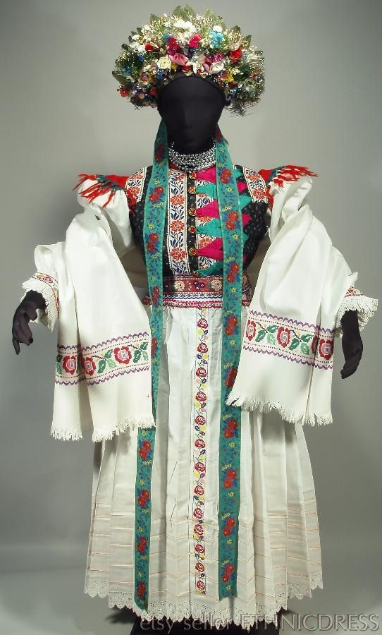 Zriedkavé Ženská Svadobné Kroj z Liptovské Sliače, Slovensko - svadobné koruna |  vyšívané blúzky a zástera |  poľná sukne vesta |  šál