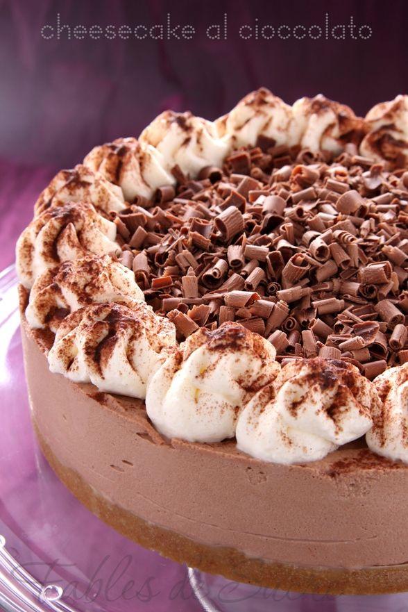 La cheesecake al cioccolato è un dolce senza cottura facilissimo da fare, per tutte quelle volte in cui una voglia matta di dolce al cioccolato vi prende
