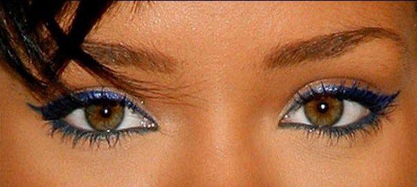 Ecco un altro look di Rihanna, sempre con matite colorate. Stavolta il verde è stato usato solo nella rima inferiore, senza sfumare il colore anche sotto, ma rimanendo nella parte più interna. A definire di più l'occhio, ci pensa però un'altra matita/eyeliener, stavolta blu scuro, che crea un bel contrasto con il verde e rende ancora più particolare il tutto!