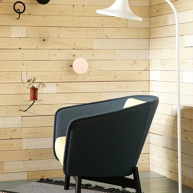 Metallic design floor lamp in a Scandinavian cabin Lakki I Laura Väre