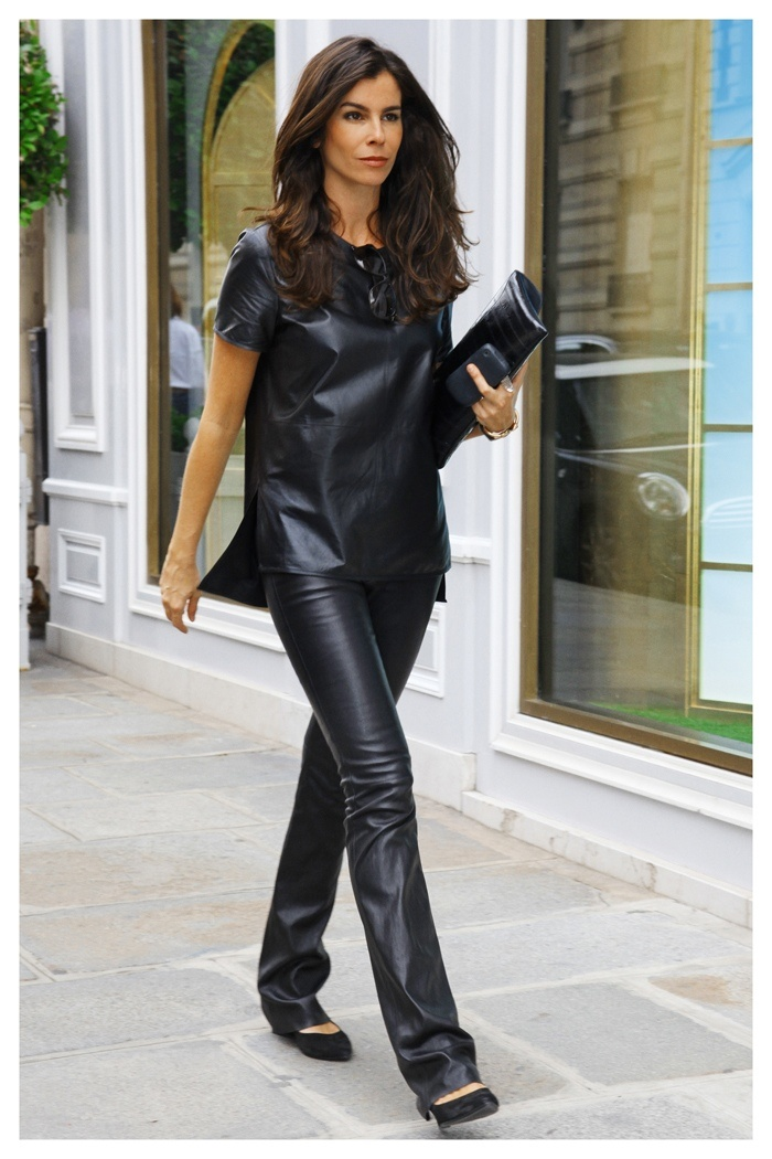 Blusa e carteira Givenchy, calça Jitrois, flat Arezzo.