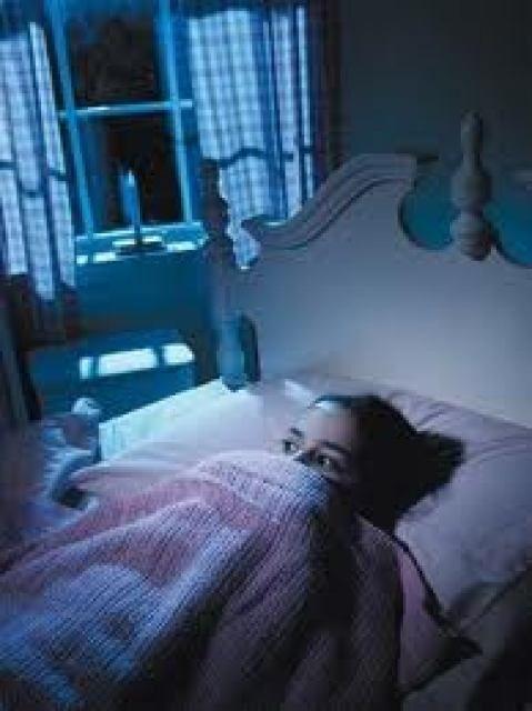 La nictofobiaes una fobia caracterizada por un miedo irracional a lanoche o a la oscuridad. El nombre de la enfermedad hace alusión a Fobos el dios del miedo y a Nix, la diosa de la noche.