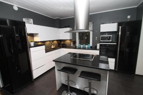 tumma seinä keittiössä Etuovi  Keittiö  Pinterest  Kitchens and Room