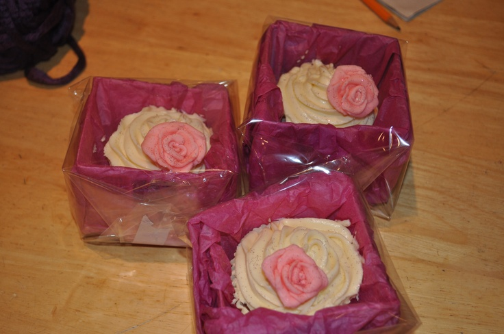 Great gift idea and easy way to present cucakes - using cereal box , tissue paper and celofane!