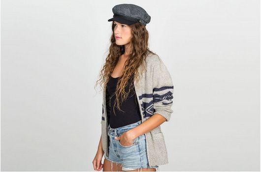 Brixton cappello Fiddler Cappello donna in lana modello fiddler. Struttura in tweed a microquadri grigio e nero, visiera in cuoio rivestita in panno di lana nero, interno in raso trapuntato. Il modello Fiddler della collezione di cappelli donna Brixton, si ispira ai cappelli da marinaio anni '50, rivisitati in chiave moderna. Scopri tutta la collezione di cappelli Brixton winter 2016 online