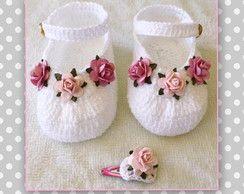 Sapatinho de crochê com flores