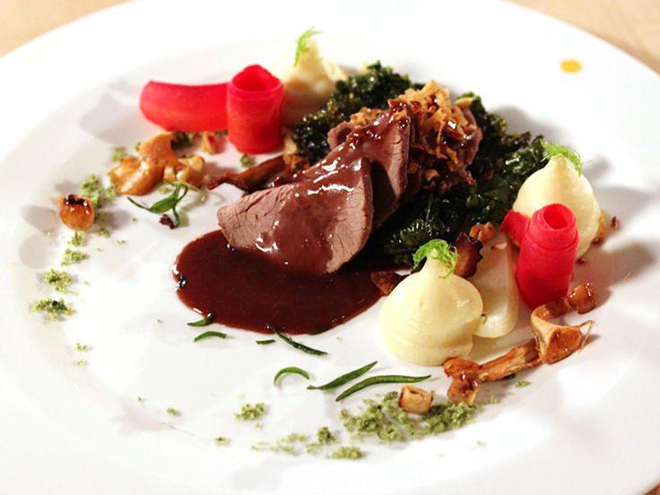 Saltinbakat hjortinnanlår med fänkål och hasselnötter | Recept från Köket.se