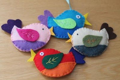 Pássaro em feltro: Ems Feltro, Small Things, Diy Crafts, Felt Crafts, Felt Patterns, Felt Birds, Free Patterns, Christmas Ornaments, Felt Birdies