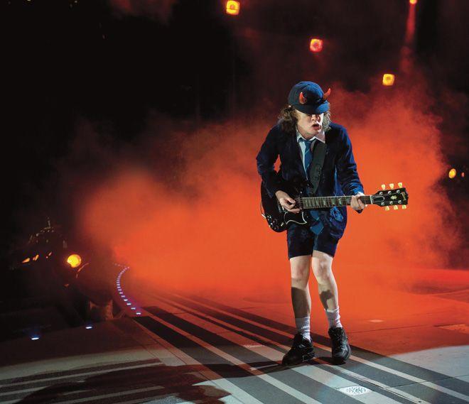 アンガス・ヤング、ガンズ・アンド・ローゼズの公演にゲスト出演 | AC/DC | BARKS音楽ニュース