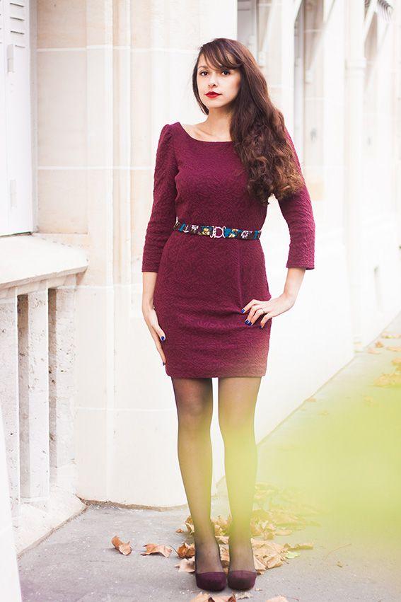 Blog mode lifestyle - Robe rouge crayon style pin-up, madmen, mad men, sixties années 60. Look retro vintage, french fashion blog. Chaussures Melissa violette velours, noeud derrière la chaussure. Rouge à lèvres viva glam Mac, style glamour.