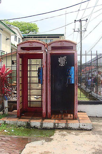 Les anciennes cabines téléphoniques //Ancienne colonie anglaise, les St Luciens tiennent à leurs anciennes cabines téléphoniques.La langue officielle est l'anglais.Le créole français est très utilisé. Ils sont aussi influencés par les langues françaises et Amérindiennes.