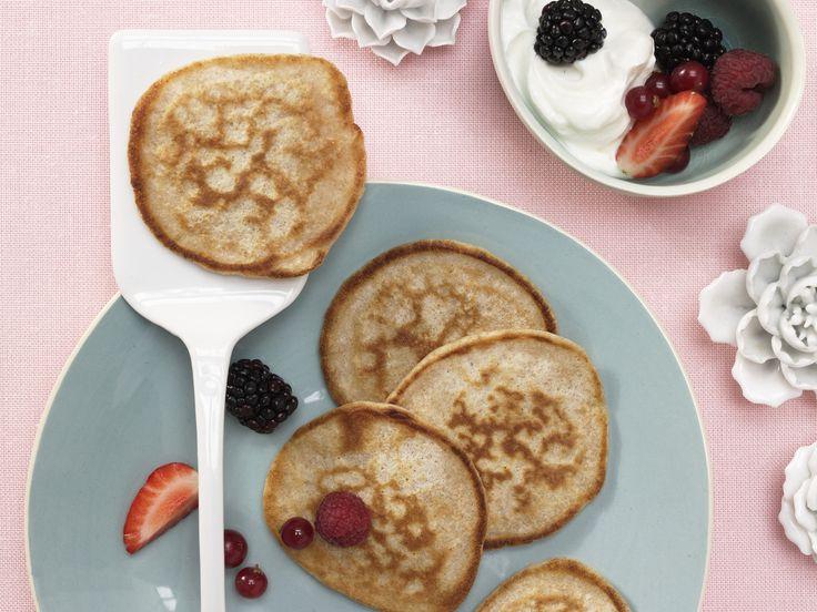 Machen jedes Frühstück zu einem besseren Frühstück: Buttermilch-Vollkorn-Pancakes mit Quark und Beeren - smarter - Kalorien: 408 Kcal | Zeit: 45 Min. #breakfast #frühstück #pfannkuchen