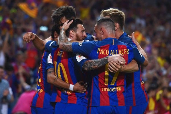 Barcelona's Argentinian forward Lionel Messi (L) celebrates with teammates after scoring the opener during the Spanish Copa del Rey (King's Cup) final football match FC Barcelona vs Deportivo Alaves at the Vicente Calderon stadium in Madrid on May 27, 2017. / AFP PHOTO / Josep LAGO