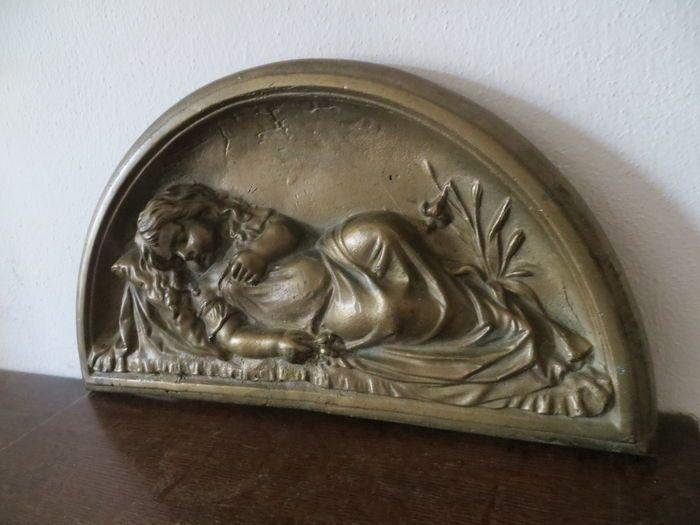 Online veilinghuis Catawiki: Bronzen reliëf van een slapend meisje