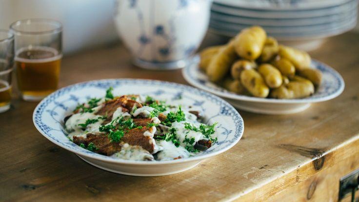 Stekt flesk med persillesaus er danskenes nasjonalrett. Sideflesk grilles eller stekes sprøtt, og serveres med kokte poteter og hvit saus med masse persille.