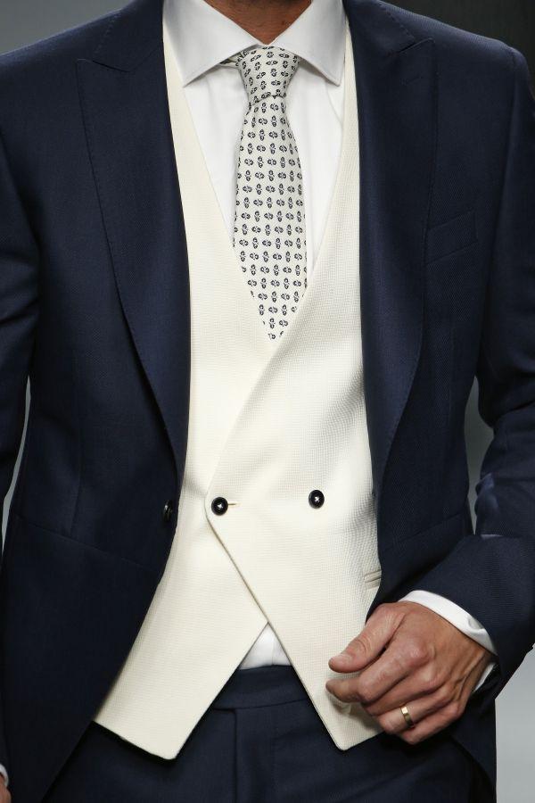 (Foto 10 de 26) Chaleco cruzado en color blanco combinado con traje oscuro y corbata estampada, Galeria de fotos de Las 10 tendencias en trajes de novio 2016 que has de conocer