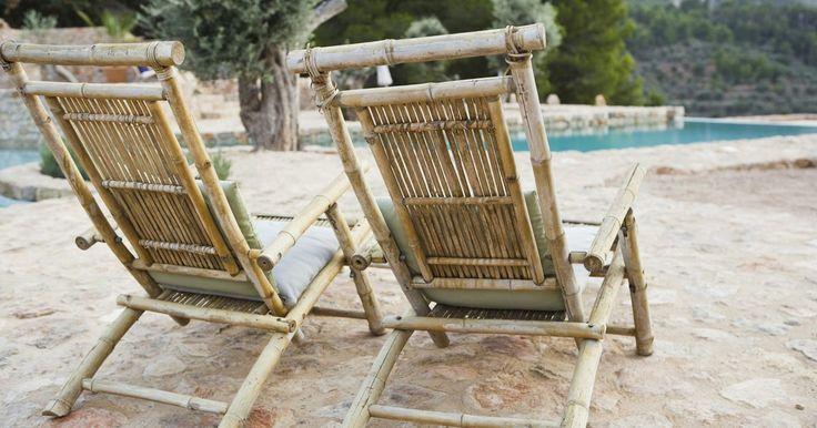 Pintar viejos muebles de bambú. Puedes encontrar viejos muebles de bambú en tiendas de segunda mano, o tal vez en tu propio sótano o ático, pero éstos requerirán algo de cuidado para lucir como nuevos otra vez. Limpia el mueble, pela la pintura vieja y vuelve a pintarlo para que combine con tu decoración. Una vez que tu mueble de bambú esté en buenas condiciones de nuevo, estará ...