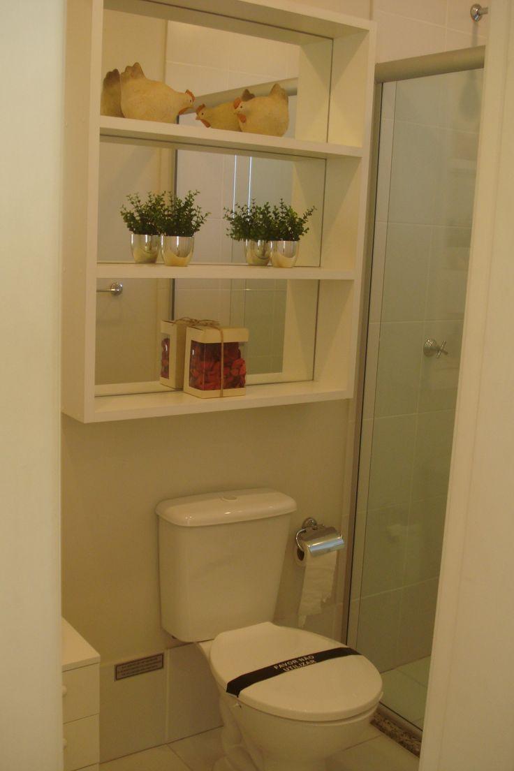 prateleiras no banheiro