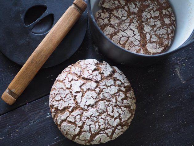 Suomen kansallisruoka, ruisleipä, onnistuu myös pataleipänä. Ruisleipäaineksien taikinajuuri antaa leipään myös aidon happamuuden. Lue lisää Himahellasta.