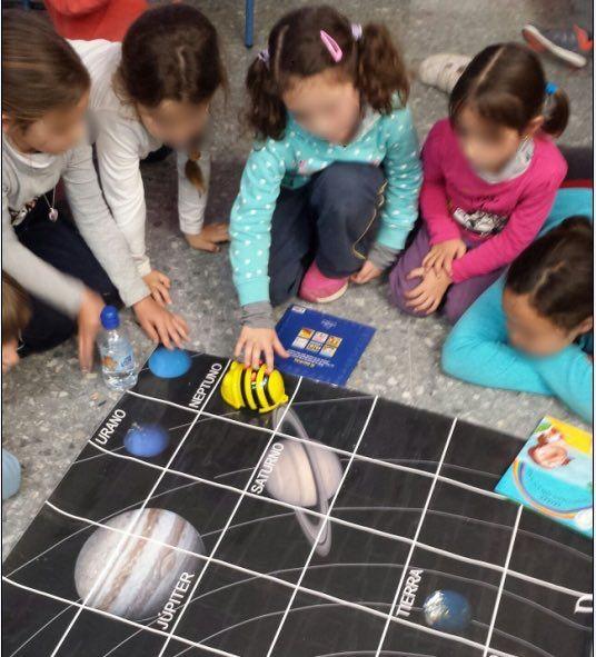 """¿Cómo enseñar el Sistema Solar a niños y niñas de 1º de Primaria? ¿A que sería genial descubrirlo siguiendo a un robot astronauta? Eso mismo pensó nuestra compañera Patricia Flor, cofundadora de Programamos y que es además maestra de Primaria en un centro de la Provincia de Sevilla.""""Quería motivar a mis alumnos con algo"""