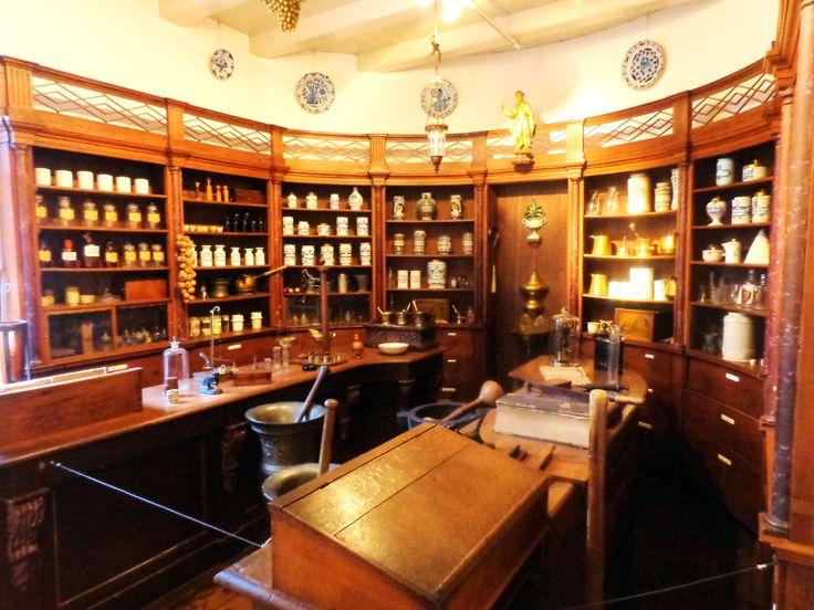 Museum GoudA is gevestigd in het middeleeuwse Catharinagasthuis. De apotheek herinnert aan de tijd dat zwervers, arme zieken en onvermogende bejaarden het gasthuis bevolkten. Omdat men de stadapotheek te duur vond, richtten de gasthuismeesters een eigen apotheek in. Op 1 april 1655 startte Dirck Vlacq, de eerste apotheker, met de inrichting. Armen konden hier kosteloos hun medicijnen afhalen. Bij de ingebruikname van een modern ziekenhuis in 1810 werd ook de apotheek opgeheven.