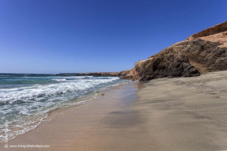 La Playa de Ojos se encuentra situada entre la Punta de la Turbina y la Punta del Corralito, en la península de Jandía, a unos 2 kilómetros del Puertito de la Cruz.
