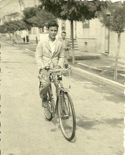 Οταν κάναμε ποδήλατο (eska ή velamos) δεν φορούσαμε κράνος και στην πίσω ρόδα βάζαμε πάντα χαρτόνι από πακέττο τσιγάρα πιασμένο με ξύλινο μανταλάκι έτσι για να κάνει θόρυβο και να μας θυμίζει μηχανάκι.