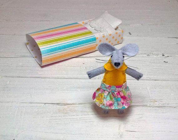 Topolino nella scatola bambola di stoffa di atelierpompadour
