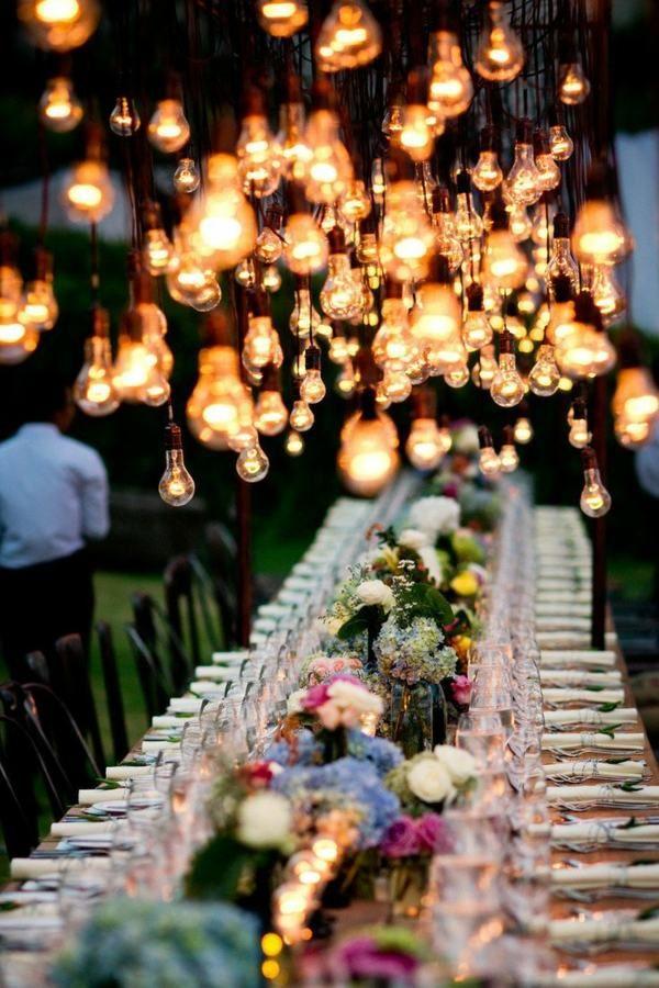 Romantische Hochzeit am Abend mit vielen Glühbirnen