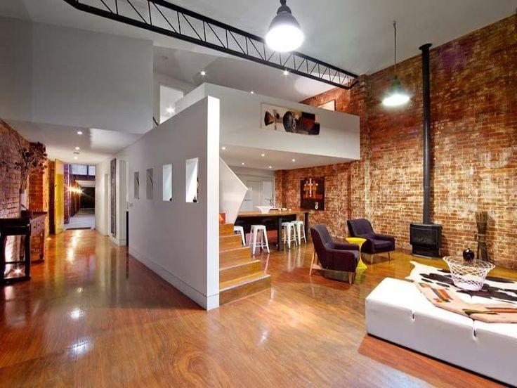 Au 151-155 Kerr Street dans le quartier de Fitzroy à Melbourne, cet ancienne entrepôt a été transformé en deux lofts composés chacun de 3 chambres et 2 salles de bains. L'entrée piétonne des lofts se fait via la porte grillagée à gauche de la façade en briques noires.