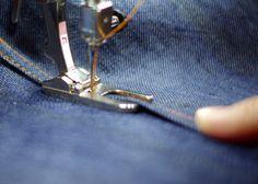 In diesem Tutorial erfahrt ihr Schritt-für-Schritt wie man eine Kappnaht/Jeansnaht näht. Ich stelle das Nähen mit dem BERNINA Nähfuß Nr. 71 in einem Nähbeispiel vor.