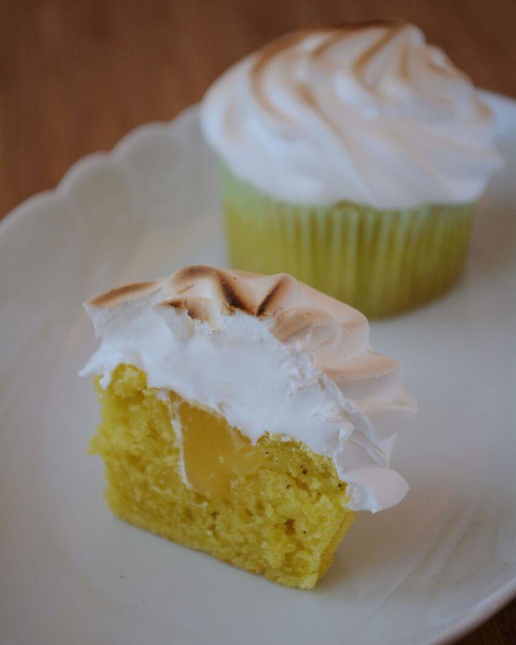 Få opskriften på disse lækre Lemon Meringue Cupcakes, som består af en citronmuffin fyldt med Lemon Curd og toppet med en luftig hvid marengs.